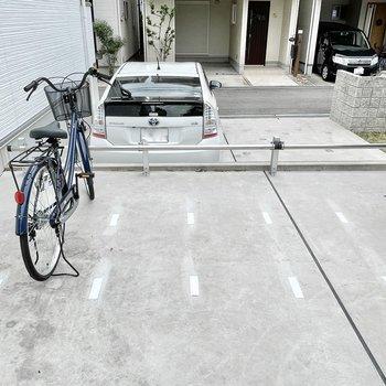【共用部】駐輪場は屋根が無いタイプ。