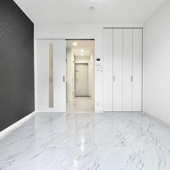 大理石調の床が高級感あります。(※写真は3階の同間取り別部屋のものです)