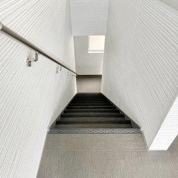 【共用部】お部屋まではこちらの階段で。