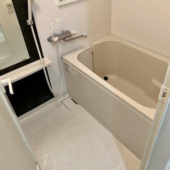 お風呂はサーモ水栓で温度調節楽々。換気窓もありますよ。(※写真は清掃前のものです)