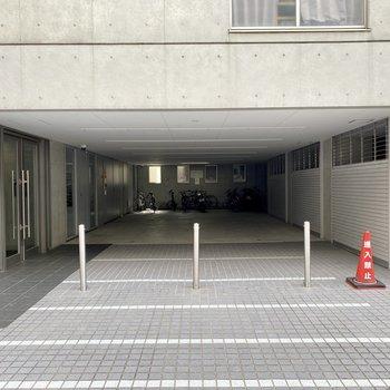 広めの共用部。奥に駐輪場があります。
