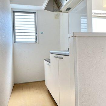 キッチンはホワイト。キッチン側にも窓があるのでにおいがこもりません。(※写真は清掃前のものです)