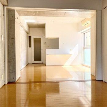 コンクリの無骨さと光のあたたかさが同居するお部屋。