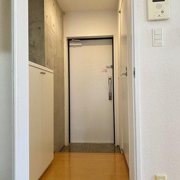 サニタリーは廊下側に。右の扉が脱衣所です。