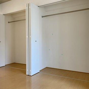 洋室の一面はクローゼット。2つに分かれているので2人の荷物を分けてしまえます。
