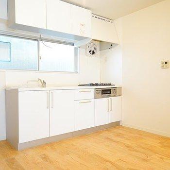 キッチンは上下に収納たっぷり。※写真は1階の似た間取り別部屋のものです