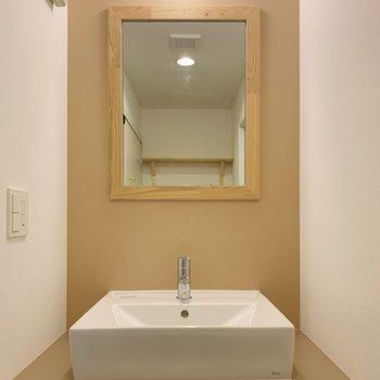 【イメージ】木枠ミラーが特徴的な独立洗面台。