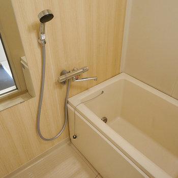 【イメージ】浴槽は既存のもの、壁には木目調のシートが広がります。