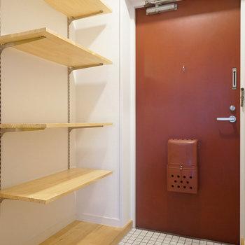 【イメージ】玄関横にはオープンな可動棚を設置します。