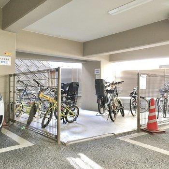 自転車置き場は1階の駐車場奥にありました。