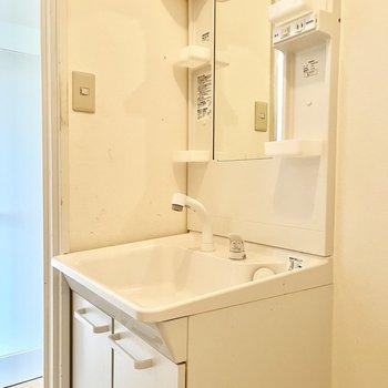 洗面台は使いやすい大きさです。(※写真はリフォーム中のものです)