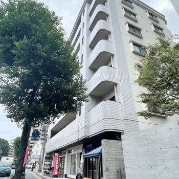 通り沿いのマンションです。