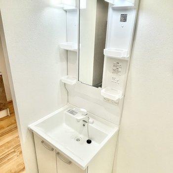スリムな洗面台ですが、洗面器は横幅・深さ、どっちもあります。