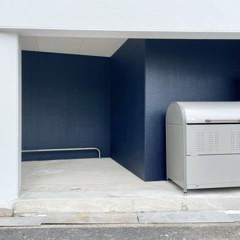 【共用部】駐輪場とゴミ置き場は大通り沿いに。
