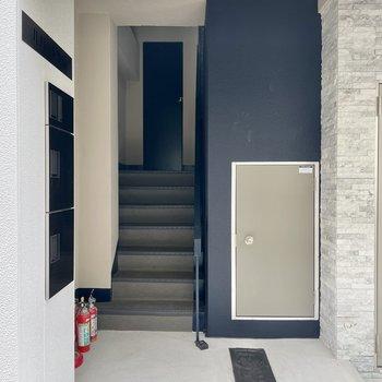【共用部】シンプルな入り口。集合ポストがないので、玄関ドアについてるものを使うことになります。