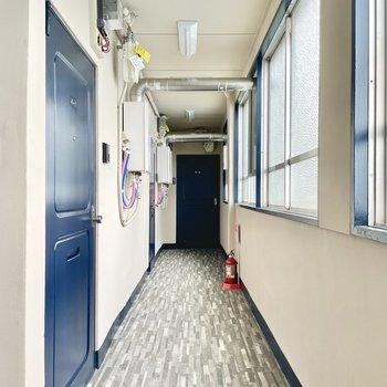 【共用部】完全屋内で雨風の心配がありませんよ!むき出しの配管がむしろかっこいい。