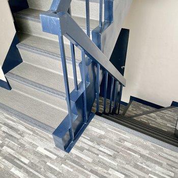 【共用部】階段を使います。