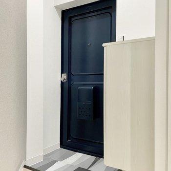 玄関はコンパクトなので靴をその都度しまうのが良さそう。