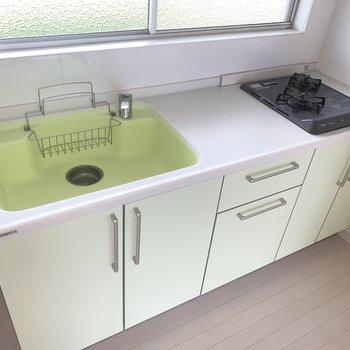 2口コンロに調理スペースも十分〜(※写真は2階の同間取り別部屋のものです)