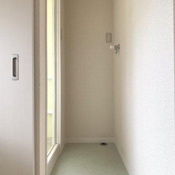洗濯機は小さめかな(※写真は2階の同間取り別部屋のものです)