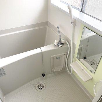 お風呂も窓付きで、しっかりカビ対策○(※写真は2階の同間取り別部屋のものです)