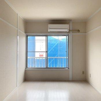 6帖の洋室はテレビやテーブルを置いてリビング代わりにしよう〜(※写真は2階の同間取り別部屋のものです)