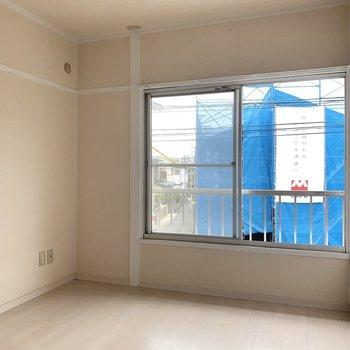 隣の4.5帖の洋室は寝室かな(※写真は2階の同間取り別部屋のものです)