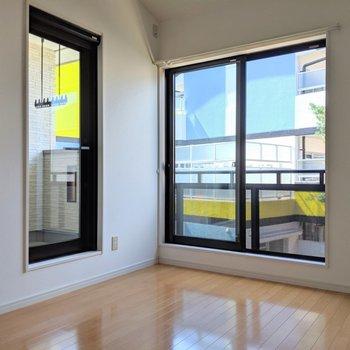 【洋室6帖】バルコニーへのテラス戸と掃出窓です。(※写真は1階の同間取り別部屋のものです)