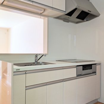 キッチンはホワイトでスッキリ。魚グリル付き!(※写真は1階の同間取り別部屋のものです)