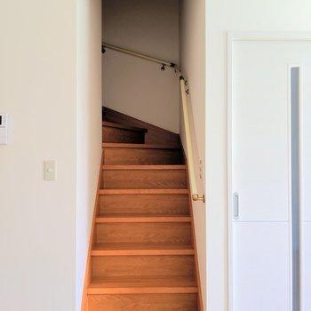 この階段から2階へゆきましょう♬(※写真は1階の同間取り別部屋のものです)
