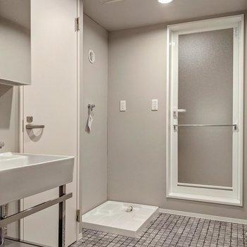 サニタリーもきれい。真ん中あたりに見える扉の中がトイレです。
