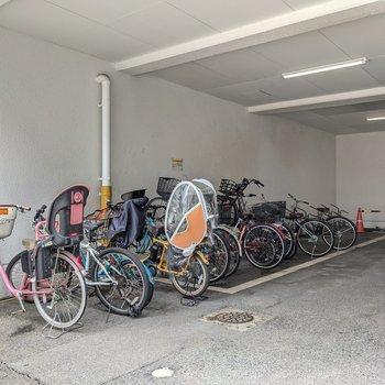 駐輪場は駐車場の一角に。駐車場にも空きがあります。
