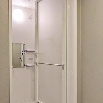 お風呂の扉にはお風呂上がりに使うタオルをかけておこう。