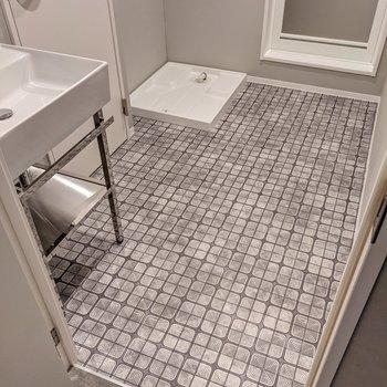 床がおしゃれだな〜洗濯機は大きめのものも置けそうですよ。