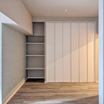 キッチンの反対側には可動棚とクローゼット。