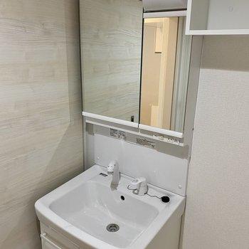 独立洗面台は鏡も大きめで使いやすそう。