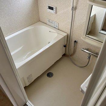 お風呂もゆったりサイズ◎追い焚き付きです!換気窓もありますよ。