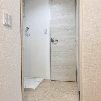 キッチン後ろの扉からサニタリーへ。正面の扉がトイレです。