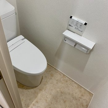 トイレも綺麗で温水洗浄便座付き。ペーパーホルダー2個あるのも助かるな。