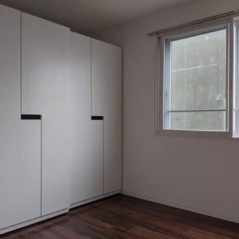 【洋室】クローゼットは2個あります。移動をすることが可能です。