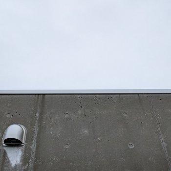 【LDK】窓の正面は隣の建物ですが、上を見ると空を眺めることができます。