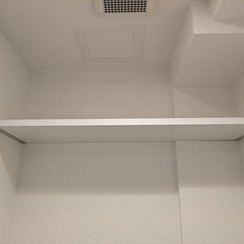 トイレ上には棚があります。トイレットペーパーや掃除道具など置くことができます。