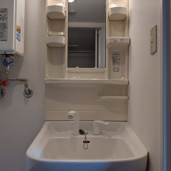 身支度がしやすい独立式洗面台です。