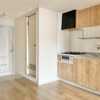 浴室はキッチンの隣に。玄関は標準サイズ。靴の履き脱ぎには困らない広さです。