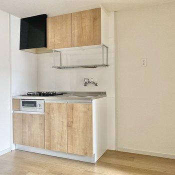 冷蔵庫などの家電は右手に並べて。収納も充実したキッチンです。