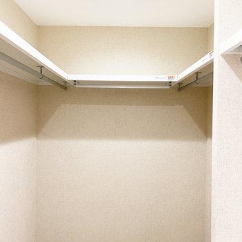 充実したスペースで、洋服も用途に合わせて分けられます。