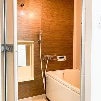 浴室は木目調の壁が◎ 気持ちの良いバスタイムが過ごせそう。