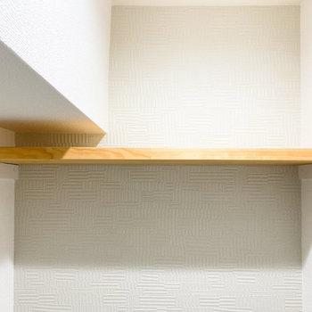 ウッドの棚にはトイレ用品を置いて、スッキリまとめましょう。