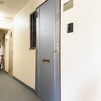 お部屋を出ると、グレーの玄関扉◎