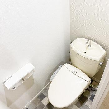 ペーパーホルダー2つとシャワートイレが備え付け。